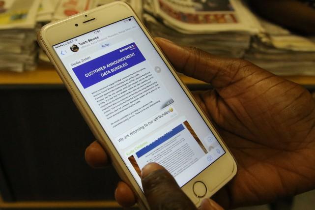 Télécharger un mégaoctet de données sur son téléphone... (Photo Philimon Bulawayo, REUTERS)