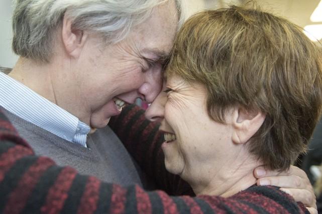 Françoise David étreint son mari, François Larose, après... (La Presse Canadienne, Ryan Remiorz)
