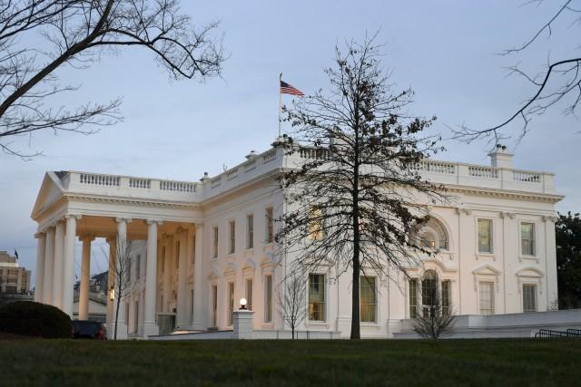 Le soleil se couche sur la Maison-Blanche pour... (AP)