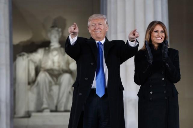Donald Trump, aux côtés de sa femme Melania,... (PHOTO AP)