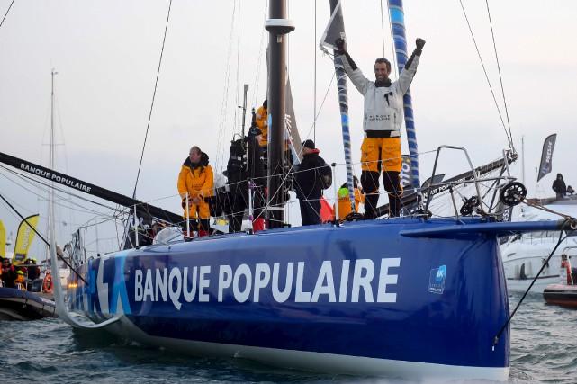 Armel Le Cleac'h lève les bras pour célébrer... (AFP, Damien Meyer)