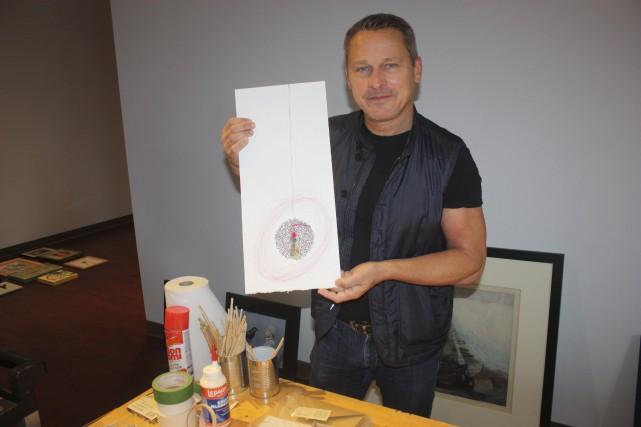 Alain Labonté pose fièrement en compagnie de l'oeuvre... (Yanick Poisson)