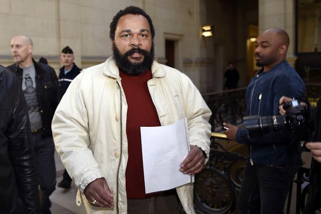 Dieudonné à son arrivée au palais de justice... (PHOTO LOIC VENANCE, ARCHIVES AFP)