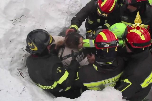 Dans cette image tirée d'une vidéo, des pompiers... (IMAGE AP/ANSA/FOURNIE PAR LES POMPIERS)