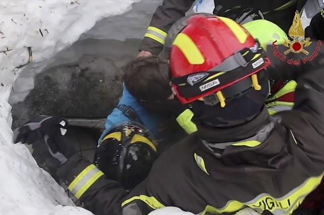 Des secouristes ont extirpé vendredi huit survivants, dont... (AFP,  Vigili del Fuoco)