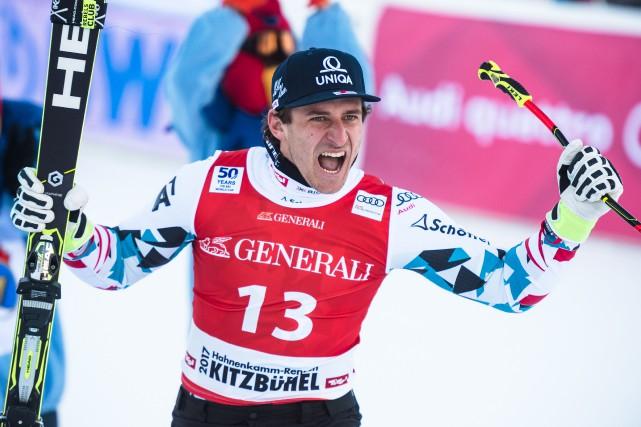 L'Autrichien Matthias Mayer célèbre après sa victoire en... (Photo Jure Makovec, AFP)