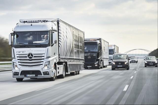 Mercedes a fait circuler un convoi de camions... (Photo : Daimler)