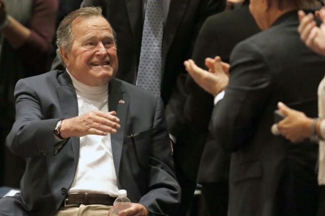 L'ancien président des États-Unis George H. W. Bushen... (Photo archives AP)