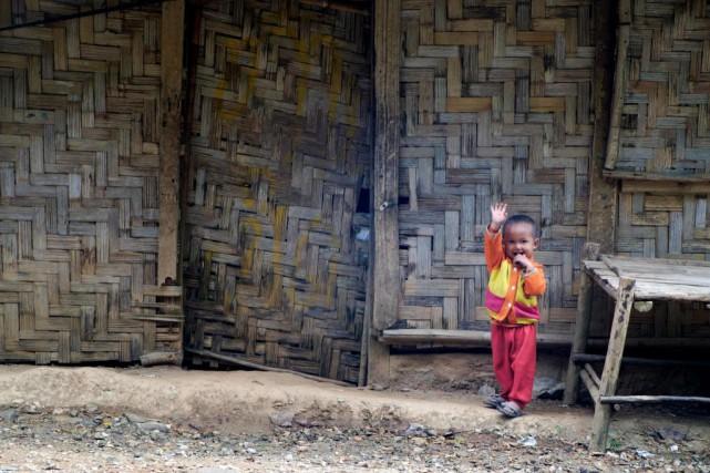 Bonjour d'un enfant. Un jeune Laotien me salue... (Photo Jonathan B. Roy, collaboration spéciale)