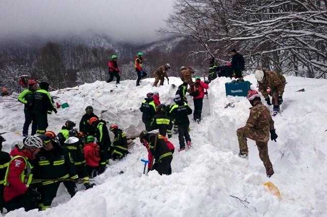 Des secouristes travaillaient toujours sans relâche autour de... (AP, ANSA)