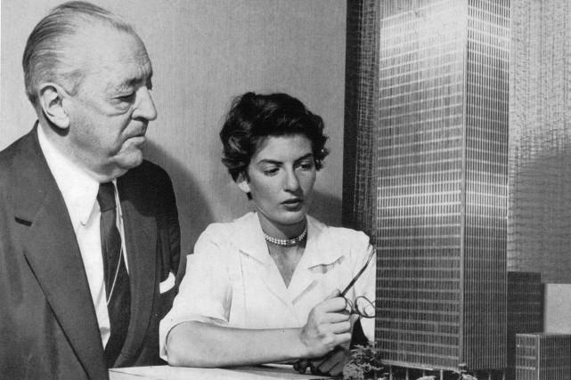 Mies van der Rohe et Phyllis Lambert avec... (Photographe inconnu. Fonds Phyllis Lambert, Centre Canadien d'Architecture, Montréal.)