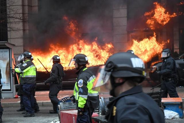 Les policiers tentent de disperser les manifestants devant... (PHOTO Bryan Woolston, REUTERS)