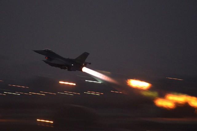 UnF-16 américain quittant sa base.... (PHOTO ARCHIVES U.S. AIR FORCE)