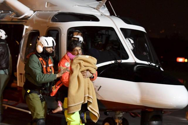 Les secouristes ont pu extraire vivants et en... (AP)