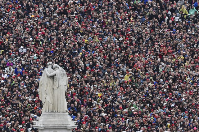 Les gens se massent à l'investiture de Trump.... (AP)