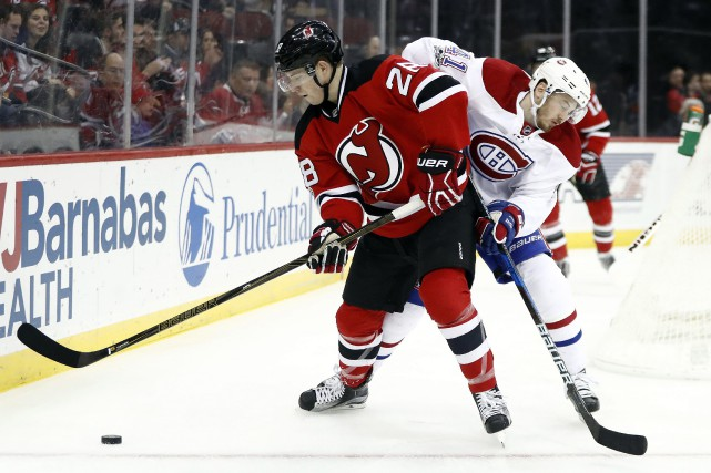 Damon Severson et Paul Byron à la lutte.... (Photo AP)