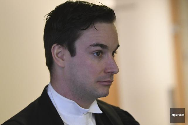 Me Olivier Théorêt, en défense, a bien tenté... (Photo Le Quotidien, Michel Tremblay)