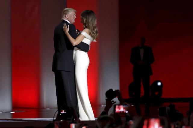 Le nouveau président Donald Trump dance avec sa... (AP)