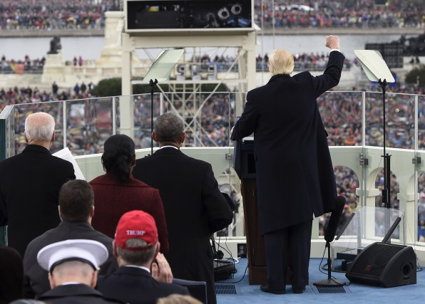 Le président Trump a terminé son discours d'investiture... (AP, Saul Loeb)