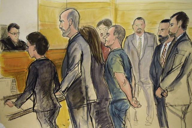 En tenue de prisonnier bleue et assisté d'une... (AP)