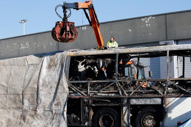 L'autocar transportait 56 personnes, dont deux chauffeurs et... (Photo Antonio Calanni, AP)