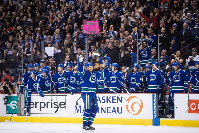 Henrik Sedin salue la foule qui l'ovationne.... (Photo Darryl Dyck, PC)
