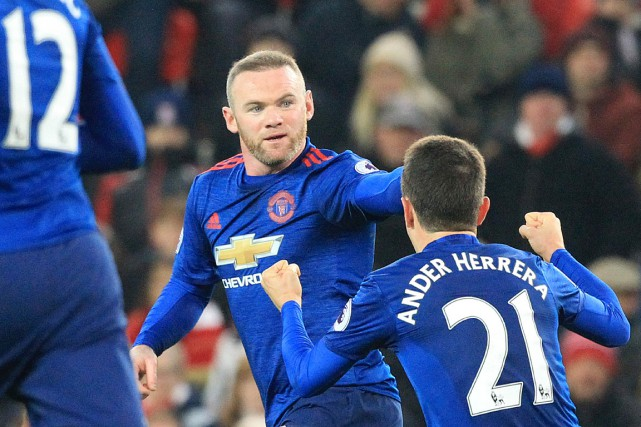 Wayne Rooney célèbre son 250e but avec Ander Herrera.... (Photo Lindsey PARNABY, AFP)