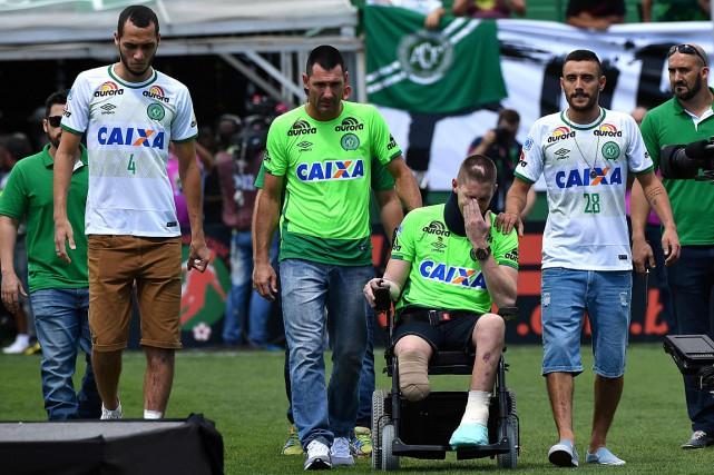 Les survivants Helio Neto (à gauche), Jackson Follmann... (PHOTO NELSON ALMEID, AFP)
