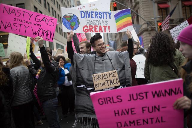 Des défenseurs des groupes LGBT ont manifesté à... (AP, Mary Altaffer)