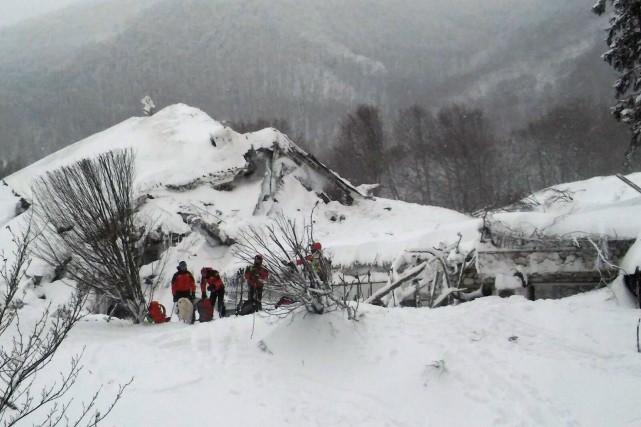 Les secouristes avaient repris espoir samedi après le... (AFP)