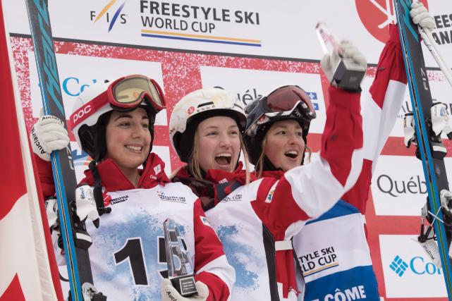 ustine Dufour-Lapointe (au centre) célèbre sa victoire en... (La Presse canadienne, Jacques Boissinot)