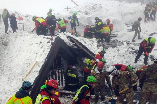 Dans le froid, la neige et le brouillard,... (Photo CNSAS via Associated Press)