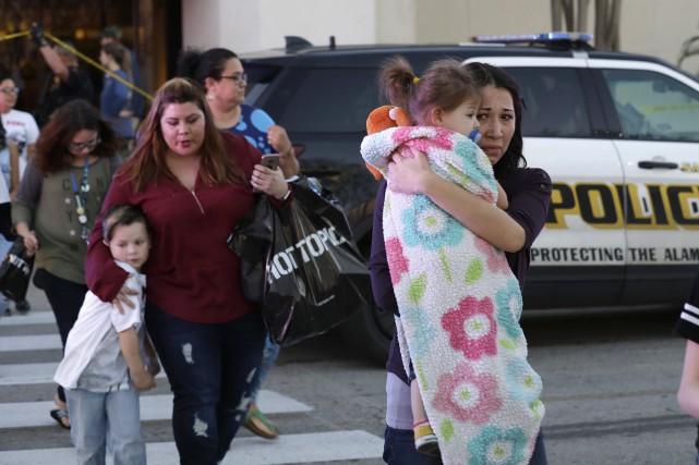 Des clients quittent les lieux, terrorisés.... (Photo AP)