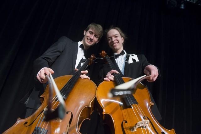 Le duo BowGosses, composé des violoncellistes Philippe Tanguay... (Spectre média, Julien Chamberland)