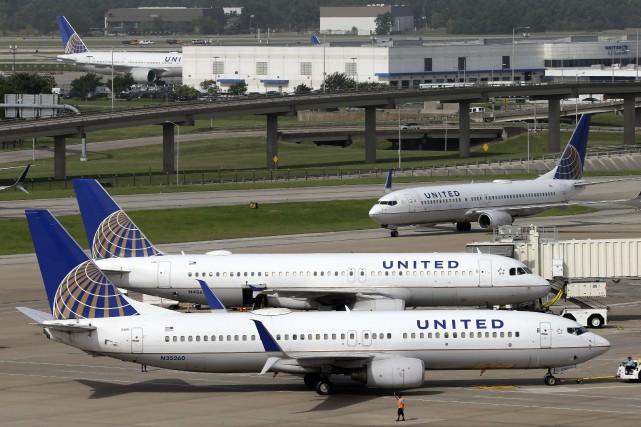 La compagnie aérienne United Airlines a cloué au sol tous ses appareils opérant... (PHOTO David J. Phillip, AP)