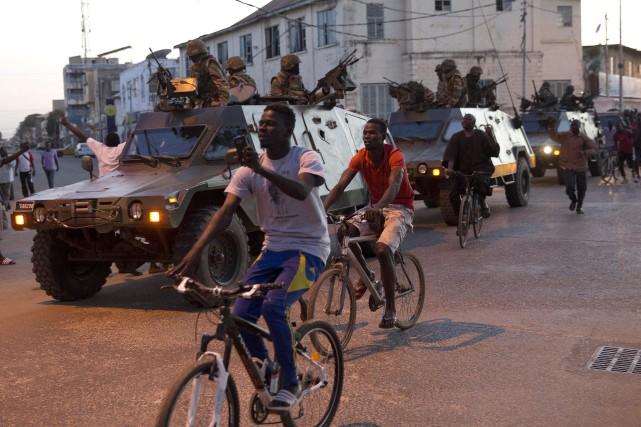 Les soldats des États del'Afrique de l'Ouest ont... (AP, Jerome Delay)