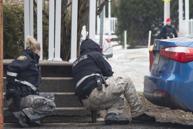Les policiers se sont déployés dans la rue... (fournie par Véronique Gévry)