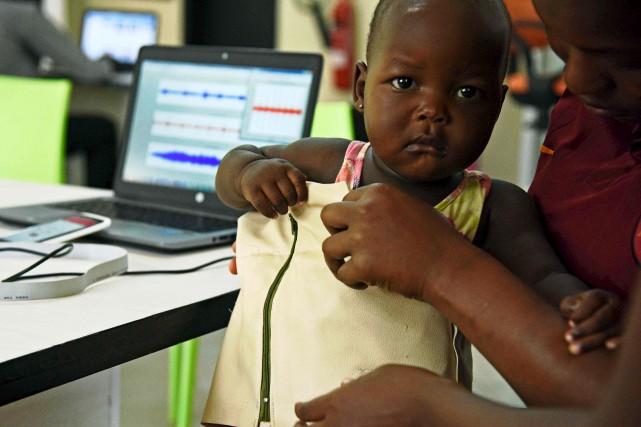 L'ingénieure ougandaise Olivia Koburongo pose le «Mama-Ope» à... (AFP, Isaac Kasamani)