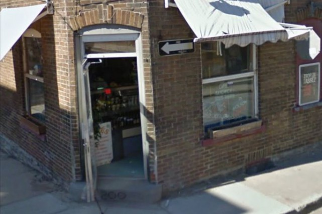 Le suspect cagoulé portant une veste foncée aurait... (Google Street View)