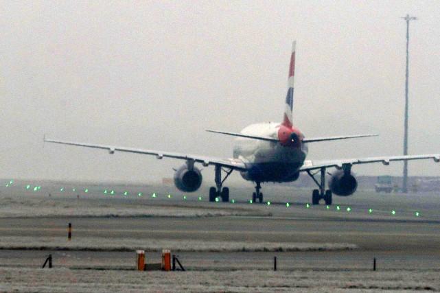 Un avion de British Airways sur le tarmac... (Photo Steve Parsons, AP/PA)
