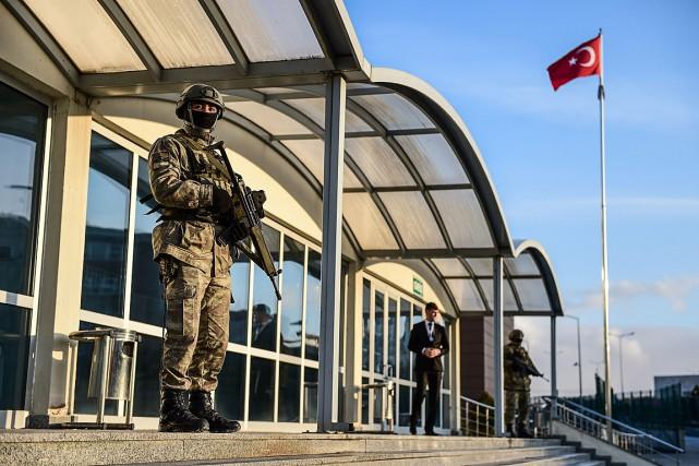 Les militaires sont jugés par un tribunal en... (PHOTO YASIN AKGUL, AFP)