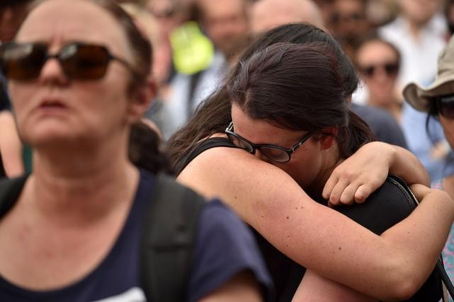 Des habitants de Melbournese sont rassemblés sur Federation... (PHOTO PETER PARKS, AFP)