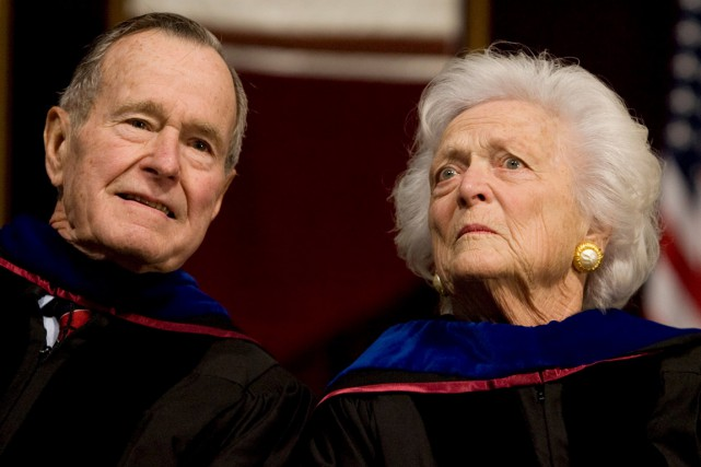L'ancien président américain George H.W. Bush et son... (PHOTO ARCHIVES REUTERS)