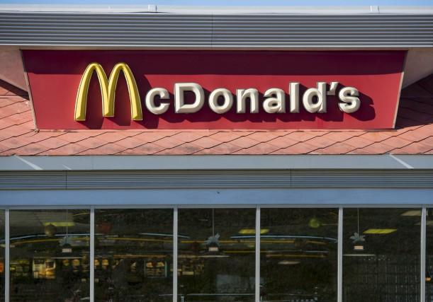 McDonald's a réduit son nombre de restaurants aux... (AFP, Saul Loeb)
