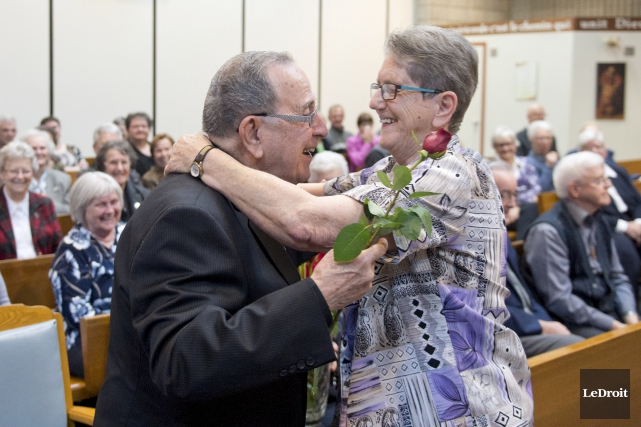 Gérard Deschamps reçoit une fleur de soeur Lois... (Martin Roy, Le Droit)