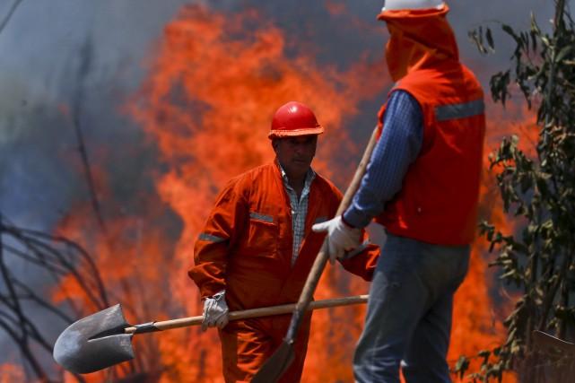 Plus de 4000 pompiers et militaires ainsi qu'une... (AP, Esteban Felix)