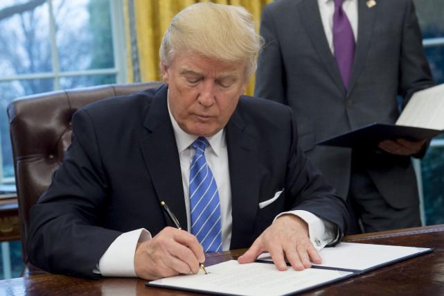 En signant le retrait des États-Unis de l'Accord... (AFP, Saul Loeb)