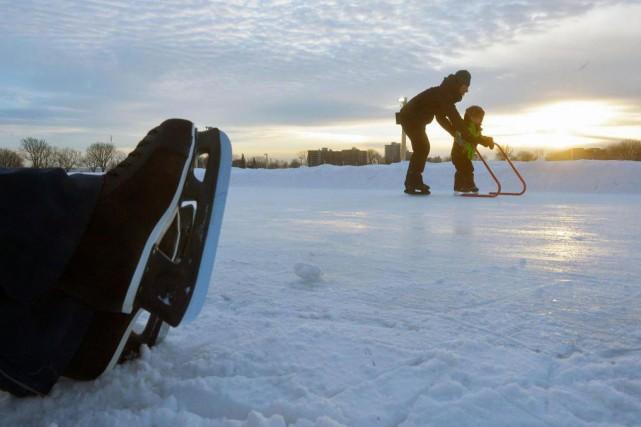Des patineurs profitent d'une belle journée sur un... (Photo archives Le Soleil)