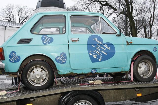 Des Polonais se sont cotisés pour offrir à Tom Hanks une petite Fiat 126... (PHOTO AP)
