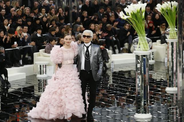 Pour le défilé haute couture de Chanel, Karl... (PHOTO AP)